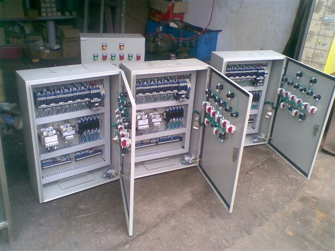 全部评论  配电箱是按电气接线要求将开关设备,测量仪表保护电器